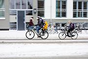 Een man fietst met zijn kinderen door de sneeuw in Utrecht.<br /> <br /> In Utrecht a man cycles with his children in the snow.