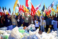 Ato de mobilização da coligação Por Amor a Porto Alegre, com a participação de candidatos a vereador, lideranças políticas, José Fortunati e Sebastião Melo  para a limpeza da orla do Guaíba próximo a rótula das cuias. FOTO: Jefferson Bernardes/Preview.com