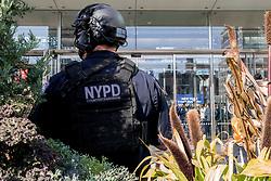 03-11-2017 USA: NYC Marathon We Run 2 Change Diabetes day 1, New York<br /> Expo day, de dag voor startnummers, shirtjes en kleding halen. Let start running / NYPD veel beveiliging police, politie voor EXPO