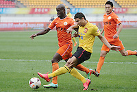Elkeson of Guangzhou Evergrande, center, challenges Jonas Salley of Guizhou Renhe, left, during the 28th round of the 2014 Chinese Football Association Super League in Guiyang city, southwest China's Guizhou province, 18 October 2014.<br /> <br /> Guangzhou Evergrande defeated Guizhou Renhe 2-1.