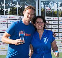 BREDA - Mirco Pruyser (Ned)  krijgt de prijs voor best goal , uit handen van vertegenwoordiger van Auping.   Australia-India (1-1), finale Rabobank Champions Trophy 2018. Australia wint shoot outs.  COPYRIGHT  KOEN SUYK
