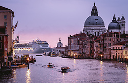 THEMENBILD - Basilica di Santa Maria della Salute und das Kreuzfahrtschiff MSC Opera, aufgenommen am 06. Oktober 2019 in Venedig, Italien // Basilica di Santa Maria della Salute and the Cruise ship MSC Opera in Venice, Italy on 2019/10/06. EXPA Pictures © 2019, PhotoCredit: EXPA/ JFK
