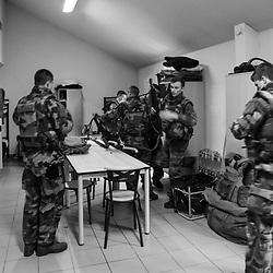 jeudi 12 janvier 2017, 14h36, Rueil-Malmaison. Militaires du 4ème Régiment de Chasseurs s'entraînant à réagir à une alerte dans le cadre d'une QRF (Quick Reaction Force). Les militaires s'equipent dans leur chambrée et chacun sait ce qu'il a à faire pour le groupe. <br /> <br /> Découvrir le livre Sentinelles, ils veillent sur Paris http://www.editionspierredetaillac.com/nos-ouvrages/catalogue/beaux-livres/sentinelles-ils-veillent-sur-paris