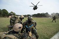"""03 APR 2012, LEHNIN/GERMANY:<br /> Ein Transporthubschrauber CH 53 landet zur Evakuierung der Soldaten, die auch einen """"verletzten"""" Kameraden versorgen (vorne), Kampfschwimmer der Bundeswehr trainieren """"an Land"""" infanteristische Kampf, hier Haeuserkampf- und Geiselbefreiungsszenarien auf einem Truppenuebungsplatz<br /> IMAGE: 20120403-01-058<br /> KEYWORDS: Marine, Bundesmarine, Soldat, Soldaten, Armee, Streitkraefte, Spezialkraefte, Spezialkräfte, Kommandoeinsatz, Übung, Uebung, Training, Spezialisierten Einsatzkraeften Marine, Waffentaucher"""