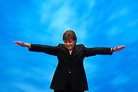 01 DEC 2003, BERLIN/GERMANY:<br /> Angela Merkel, CDU Bundesvorsitzende, bedankt sich mit einer weit ausholenden Geste bei den Delegierten fuer minutenlangen Applaus, nach ihrer Eroeffnungsrede, 17. CDU Parteitag, Messe Leipzig<br /> IMAGE: 20031201-01-093<br /> KEYWORDS: party congress, Eröffnungsrede,  Applaus, Rede, speech