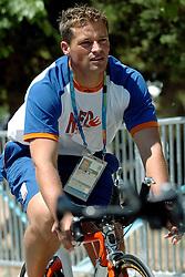 18-08-2004 WIELRENNEN: TIJDRIT OLYMPIC GAMES: ATHENE<br /> Leontien Zijlaard van Moorsel pakt de gouden medaille op de tijdrit - Michael Zijlaard<br /> ©2004-WWW.FOTOHOOGENDOORN.NL