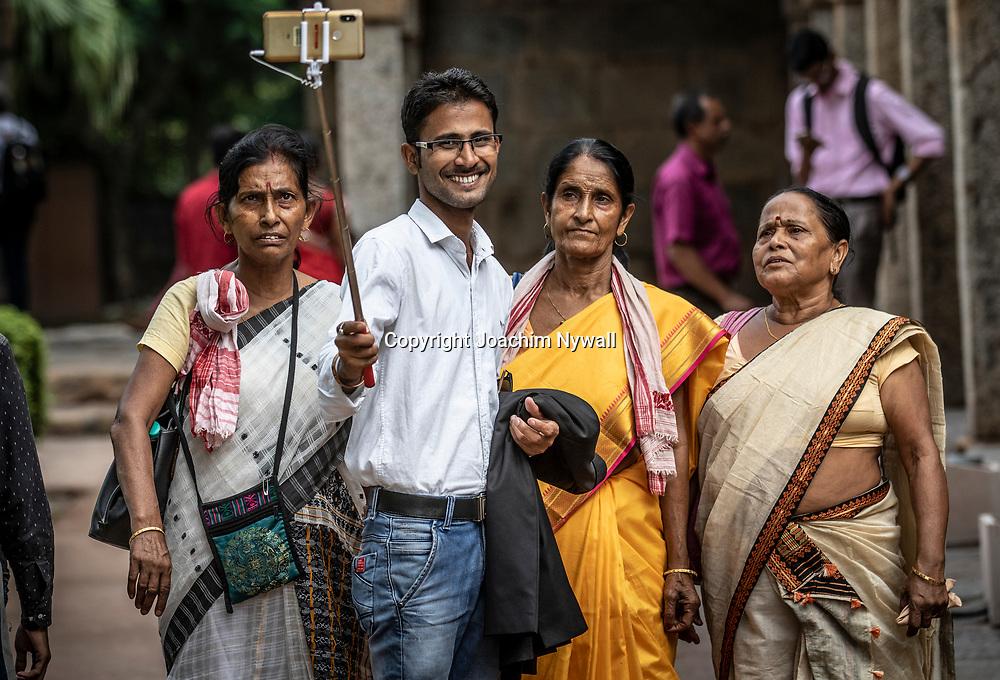 2019 09 26 Delhi India<br /> Qutab Minar är en minaret i den indiska huvudstaden Delhi,<br /> Familj som tar en selfie<br /> <br /> ----<br /> FOTO : JOACHIM NYWALL KOD 0708840825_1<br /> COPYRIGHT JOACHIM NYWALL<br /> <br /> ***BETALBILD***<br /> Redovisas till <br /> NYWALL MEDIA AB<br /> Strandgatan 30<br /> 461 31 Trollhättan<br /> Prislista enl BLF , om inget annat avtalas.