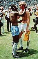 Fotball<br /> England<br /> Foto: Colorsport/Digitalsport<br /> NORWAY ONLY<br /> <br /> PELE (BRAZIL) & BOBBY MOORE (ENGLAND). BRAZIL v ENGLAND, WORLD CUP 1970, MEXICO.
