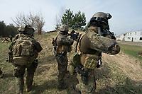 """03 APR 2012, LEHNIN/GERMANY:<br /> Kampfschwimmer der Bundeswehr trainieren """"an Land"""" infanteristische Kampf, hier Haeuserkampf- und Geiselbefreiungsszenarien auf einem Truppenuebungsplatz<br /> IMAGE: 20120403-01-021<br /> KEYWORDS: Marine, Bundesmarine, Soldat, Soldaten, Armee, Streitkraefte, Spezialkraefte, Spezialkräfte, Kommandoeinsatz, Übung, Uebung, Training, Spezialisierten Einsatzkraeften Marine, Waffentaucher"""