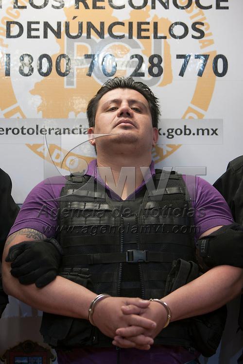 """TOLUCA, Mexico.- La procuraduria general de justicia y la Agencia de Seguridad Estatal informaron de la captura de Adrian Soria Ramirez """"El H"""" junto con 11 de sus complices; al """"H"""" se le relaciona con la matanza de 24 personas en la Marquesa asi como del control en la distribucion de drogas en la region de Ecatepec. Agencia MVT / Staff. (DIGITAL)"""