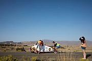 De VeloX 7 wordt gevangen na een geslaagde testrun. In Battle Mountain, Nevada, oefent het team op een weggetje. Het Human Power Team Delft en Amsterdam, dat bestaat uit studenten van de TU Delft en de VU Amsterdam, is in Amerika om tijdens de World Human Powered Speed Challenge in Nevada een poging te doen het wereldrecord snelfietsen voor vrouwen te verbreken met de VeloX 7, een gestroomlijnde ligfiets. Het record is met 121,44 km/h sinds 2009 in handen van de Francaise Barbara Buatois. De Canadees Todd Reichert is de snelste man met 144,17 km/h sinds 2016.<br /> <br /> With the VeloX 7, a special recumbent bike, the Human Power Team Delft and Amsterdam, consisting of students of the TU Delft and the VU Amsterdam, wants to set a new woman's world record cycling in September at the World Human Powered Speed Challenge in Nevada. The current speed record is 121,44 km/h, set in 2009 by Barbara Buatois. The fastest man is Todd Reichert with 144,17 km/h.
