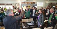 ALPHEN AAN DEN RIJN - Golfclub Zeegersloot heet het GEO certificaat in ontvangst genomen. rechts burgermeester Liesbeth Spies  en links GC  Zeegersloot voorzitter,  Cees van Beurten.  COPYRIGHT KOEN SUYK