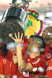 D'Alessandro e equipe comemoram bicampeonato após a partida entre as equipes do Internacional e Chivas, realizada no Estádio Beira Rio em Porto Alegre, válido pela final da Copa Libertadores da America 2010, onde o colorado sagrou-se bicampeão. FOTO: Jefferson Bernardes / Preview.com