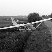 NLD/Hilversum/19900505 - Vliegtuig van vliegschool Hilversum in sloot bij vliegveld Hilversum