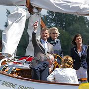NLD/Loosdrecht/20120623 - Koningin Beatrix bezoekt vlootschouw nij het 100 jarig bestaan van watersportvereniging WNL  , Koningin Beatrix aan het roer van de Groene Draeck met burgemeester Martijn Smit