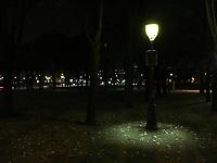 Это просто фонарь в парке, по дороге с выставки в гостиницу. Снято на айфон.