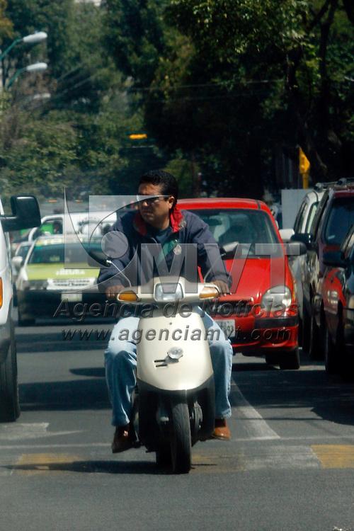 TOLUCA, México.- La Dirección de  Tránsito de Toluca inició este lunes un operativo para revisar las motocicletas que circulan por la capital mexiquense, pidiéndoles a los conductores que cuenten con el equipo de seguridad adecuado, como casco, guantes y lentes protectores, los que no cumplen con estos requisitos son remitidas las unidades al corralón y el pago de una multa. Agencia MVT / Crisanta Espinosa. (DIGITAL)
