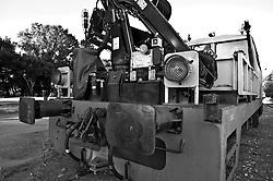 motrice adibita alla manutenzione dei treni parcheggiata su di un binario in attesa di utilizzo. Reportage che analizza le situazioni che si incontrano durante un viaggio lungo le linee ferroviarie delle Ferrovie Sud Est nel Salento.
