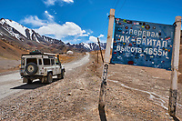 Tadjikistan, Asie centrale, Gorno Badakhshan, Haut Badakhshan, le Pamir, la Haute Route du Pamir, le col de Ak Baital à 4655m, point culminant de la route // Tajikistan, Central Asia, Gorno Badakhshan, the Pamir, Wakhan valley, the Pamir highway, the highest pass Ak Baital 4655m