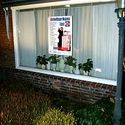 Poster Onleefbaar Huizen op raam Jan Bout Jan Steenlaan 16 Huizen