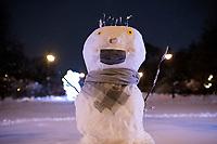 Bialystok, 26.01.2017. Nocny Bialystok pod sniegiem. Po całodobowych obfitych opadach sniegu miasto zostalo przykryte 30 cm warstwa bialego puchu. N/z balwan sniegowy z maseczka ochronna fot Michal Kosc / AGENCJA WSCHOD