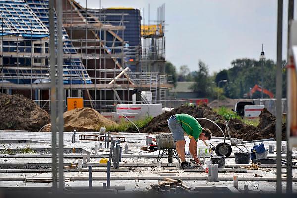 Nederland, Nijmegen, 19-8-2011Bouwvakkers zijn bezig met het bouwen van huizen in de nieuwe wijk Laauwik, onderdeel van de stadsuitbreiding van Nijmegen in Lent.Foto: Flip Franssen/Hollandse Hoogte