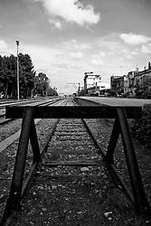 testa di un binario morto in una stazione del Salento. Reportage che racconta le situazioni che si incontrano durante un viaggio lungo le linee ferroviarie SUD EST nel Salento.