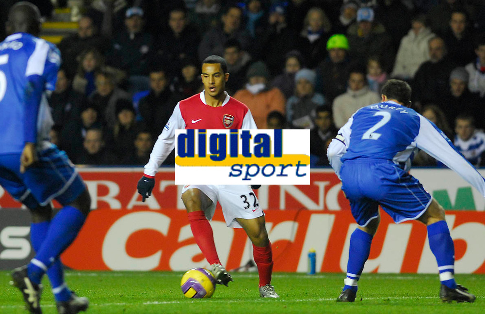 Photo: Leigh Quinnell/Sportsbeat Images.<br /> Reading v Arsenal. The FA Barclays Premiership. 12/11/2007. Arsenals Theo Walcott looks for a path through the Arsenal defence.