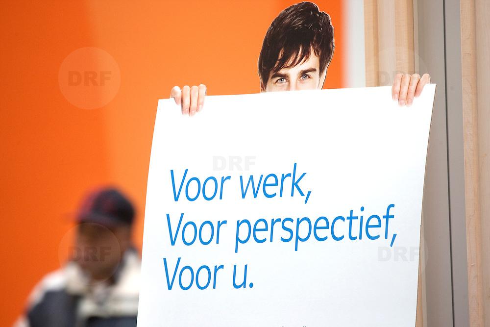Nederland Rotterdam 26-03-2009 20090326 Foto: David Rozing ..Serie UWV, bord voor werk, voor perspectief, voor u.  lokatie Schiekade centrum Rotterdam, de vroegere arbeidsbureaus ( CWI UWV ) De werkloosheid in Nederland begint op te lopen. Dat blijkt uit de jongste cijfers die het Centraal Bureau voor de Statistiek (CBS) de oorzaak is de krediet crisis Holland, The Netherlands, dutch, Pays Bas, Europe  , allochtoon, allochtone, man, allochtonen, , economische, financien, financiele, krimp, krimpen, nederlandse, economy ..Foto: David Rozing