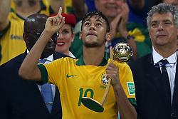 Neymar recebe o troféu FIFA de melhor jogador da Copa das Confederações 2013, no estádio Maracanã, no Rio de Janeiro. FOTO: Jefferson Bernardes/Preview.com