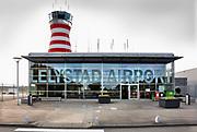 Nederland, the Netherlands, Lelystad, 15-12-2019 Het regionale vliegveld Lelystad Airport wordt uitgebreid om de drukte van de vakantievluchten vanaf Schiphol te verminderen. Ondernemers en bedrijven bouwen aan nieuwe vestigingen en magazijnen om van hieruit te kunnen opereren . Veel bewoners van de provincies Gelderland en Overijssel vrezen voor geluidsoverlast door de aangekondigde lage aanvlieghoogte van de vliegtuigen . Het huidige kleine stationsgebouw wordt vervangen door een grote en moderne terminal . Foto: Flip Franssen