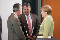 11 JUN 2014, BERLIN/GERMANY:<br /> Thomas de Maiziere (L), CDU, Bundesinnenminister, Sigmar Gabriel (M), CDU, Bundeswirtschaftsminister, und Angela Merkel (R), CDU, Bundeskanzlerin, im Gespraech, vor Beginn einer Kabinettssitzung, Bundeskanzleramt<br /> IMAGE: 20140611-02-007<br /> KEYWORDS: Sitzung, Kabinett, Gespräch, Thomas de Maizière