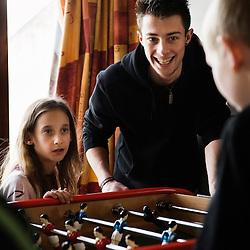 Baby-foot avec un animateur a La Chaumiere, Maison d'enfants à caractere social. Vilcey-sur-Trey (54), France. 10 mars 2010. Photo : Antoine Doyen