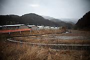Onagawa  Logements provisoires Kasetsu jutaku  Mars 2012.Depuis le 11 mars 2011, le gouvernement na eu de cesse de trouver des solutions pour loger les quatre vingt milles personnes réfugiés. Lune dentres elles fut daménager des villages dappartement provisoires en préfabriqué. Ici, les Kasetsu jutaku en fond de vallée.