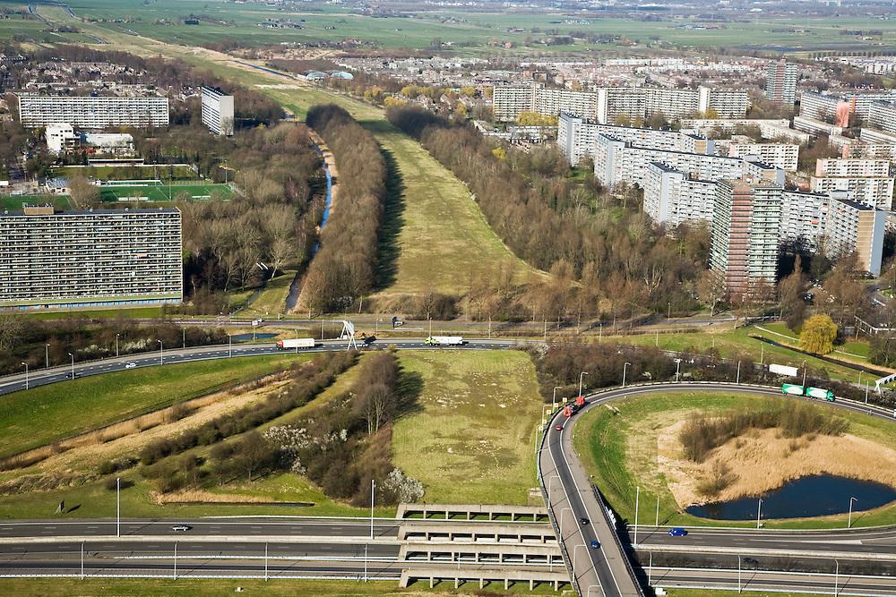 Nederland, Zuid-Holland, Schiedam, 04-03-2008; Knooppunt Kethelplein gezien naar het Noorden (links Vlaardingen, rechts Schiedam); kruising Rijksweg A20 met A4; de A4 is onvoltooid, het deel richting Delft ontbreekt; onvolledig klaverblad.de aanleg van de weg is omstreden omdat deze door een natuurgebied loopt en vanwege de milieuproblematiek in Vlaardingen en Schiedam waar de weg langs woonwijken zou komen te lopen, Milieudefensie protesteert tegen de voorgenomen aanleg; wellicht wordt de weg een tolweg, gebouwd in het kader van een PPS - Publiek Private Samenwerking, samenwerkingsverband overheid en bedrijfsleven; bereikbaarheid, mobiliteit, flats, hoogbouw. .luchtfoto (toeslag); aerial photo (additional fee required); .foto Siebe Swart / photo Siebe Swart