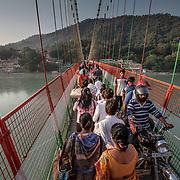 2016 10 14 Rishikesh Uttarakhand Indien<br /> Trafik kaos på Hängbro<br /> <br /> ----<br /> FOTO : JOACHIM NYWALL KOD 0708840825_1<br /> COPYRIGHT JOACHIM NYWALL<br /> <br /> ***BETALBILD***<br /> Redovisas till <br /> NYWALL MEDIA AB<br /> Strandgatan 30<br /> 461 31 Trollhättan<br /> Prislista enl BLF , om inget annat avtalas.