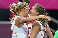 LONDEN - Kitty van Male (l) heeft gescoord op voorgeven van Kelly Jonker, maandag tijdens de Olympische hockeywedstrijd tussen de vrouwen van  Nederland en Groot Brittannie.  ANP KOEN SUYK
