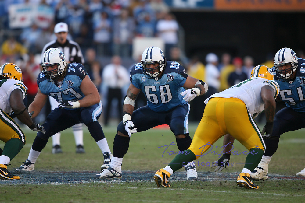 Tennessee Titans Kevin Mawae plays in an NFL game against the Green Bay Packers.<br /> (Tom DiPace)