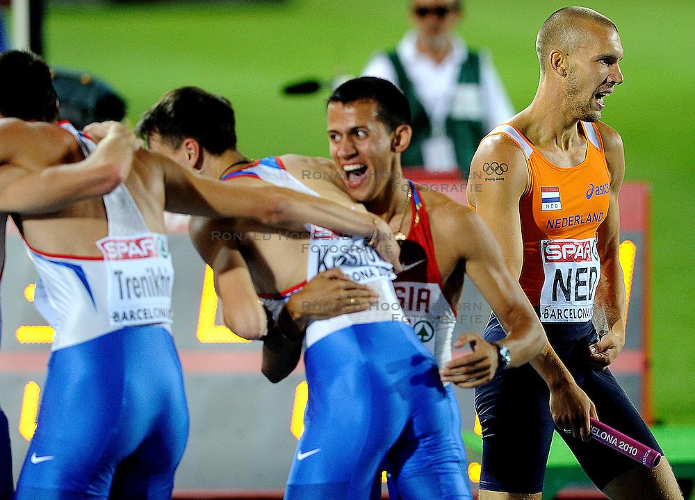 01-08-2010 ATLETIEK: EUROPEAN ATHLETICS CHAMPIONSHIPS: BARCELONA <br /> The Netherlands is seventh at 400 meters relay. Robert Lathouwers runs along the partying Russians<br /> ©2010-WWW.FOTOHOOGENDOORN.NL