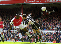 Fotball. FA-cup 2001/2002.<br /> Arsenal v Newcastle 23.03.2002.<br /> Sol Campbell, Arsenal og Nikos Dabizaz, Newcastle.<br /> Foto: David Price, Digitalsport