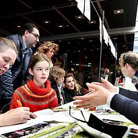 Nederland, Amsterdam , 6 april 2013..Scholieren gaan 'speeddaten' om de juiste middelbare school te vinden, nadat ze voor hun eerste keus zijn afgewezen. Van 12.00 tot 13.30 uur zijn de leerlingen met vmbo-advies aan de beurt, vanaf 13.30 uur de leerlingen met havo/vwo-advies. Dit alles in de Montesorieschool aan de Polderweg..Op de foto een tafel met scholieren met havo/vwo advies tijdens het speeddaten..Foto:Jean-Pierre Jans