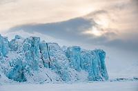 Morgen ved Von Postbreen innerst i Tempelfjorden, Spitsbergen, Svalbard. Mars.