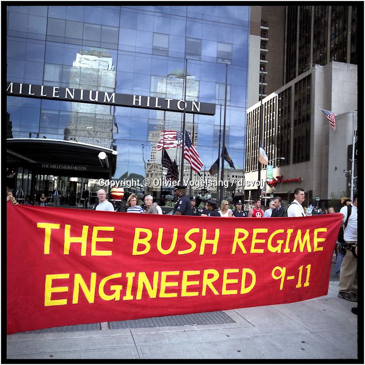 New York, 11.09.04. Ground Zero. Commémoration des attentats sur les deux tours du WTC. Demo.