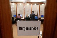 24 MAR 2003, BERLIN/GERMANY:<br /> Buergerservice, Mitarbeiter des Auswaertigen Amtes, Krisenreaktionszentrum, Auswaertiges Amt<br /> IMAGE: 20030324-01-012<br /> KEYWORDS: Krisenstab, Auswärtiges Amt, Lagezentrum, Telefonpool, Buergertelefon, Telefon