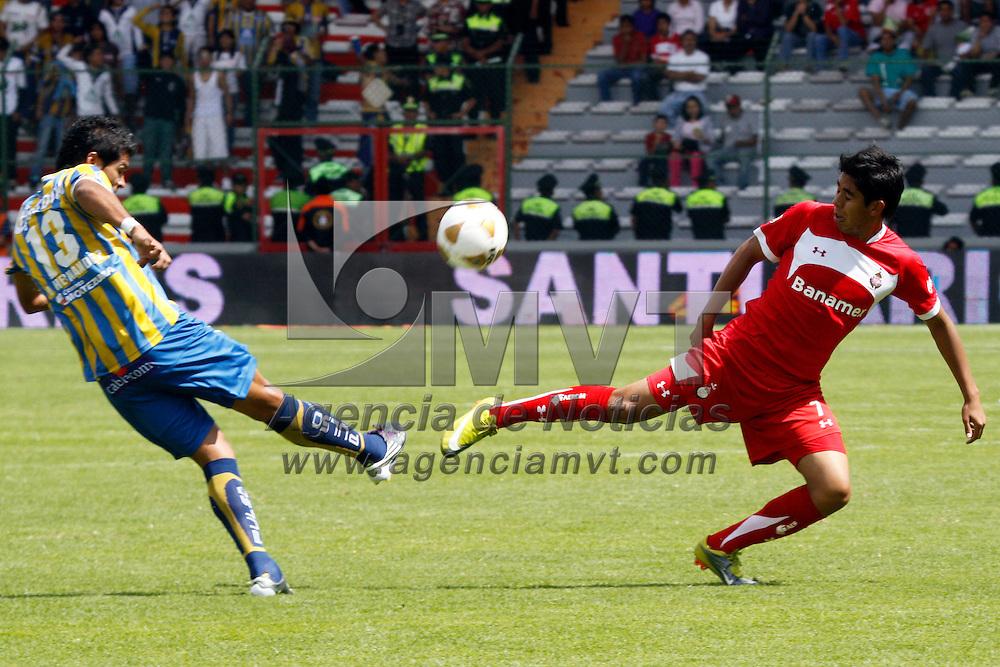 TOLUCA, México.- Néstor Calderón y Luis Hernández en el encuentro correspondiente a la jornada 15 del Torneo Apertura 2010, Toluca sufrió la derrota ante el equipo de San Luis con un marcador de 2-1. Agencia MVT / Crisanta Espinosa. (DIGITAL)