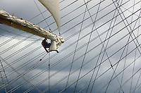 Het grootste zeilschip ter wereld, de Royal Clipper, lag maandag in Rotterdam afgemeerd. Op de achtergrond de tuien van de Erasmusbrug. de romp van het luxe cruiseschip is gebouwd in het Poolse Gdansk, waarna scheepswerf De Merwede de inrichting voor zijn rekening nam. Met de bouw is bijna 150 miljoen gulden gemoeid. De vijfmaster telt 112 hutten voor 224 passagiers en nog eens verblijven voor een 106-koppige bemanning. Maandagavond vaart de Clipper uit naar zijn thuisbasis Cannes. ANP Foto Koen Suyk