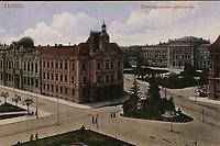 Zagreb : Donjogradska gimnazija. <br /> <br /> ImpresumZagreb : Jos. Čaklović Bromid Chromo, [poslije 1908.].<br /> Materijalni opis1 razglednica : tisak ; 8,5 x 13,7 cm.<br /> NakladnikJos. Čaklović<br /> Vrstavizualna građa • razglednice<br /> ZbirkaGrafička zbirka NSK • Zbirka razglednica<br /> ProjektPozdrav iz Zagreba • Pozdrav iz Hrvatske<br /> Formatimage/jpeg<br /> PredmetZagreb –– Trg Republike Hrvatske<br /> SignaturaRZG-TMT-23<br /> Obuhvat(vremenski)20. stoljeće<br /> NapomenaRazglednica nije putovala.<br /> PravaJavno dobro<br /> Identifikatori000953157<br /> NBN.HRNBN: urn:nbn:hr:238:608187 <br /> <br /> Izvor: Digitalne zbirke Nacionalne i sveučilišne knjižnice u Zagrebu