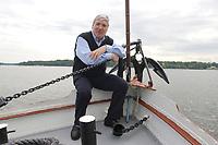 """18 MAY 2003, BERLIN/GERMANY:<br /> Michael Sommer, DGB Bundesvorsitzender, waehrend einer Bootsfahrt mit Pressekonferenz, Dampfer """"Fridericus Rex"""", Potsdam<br /> IMAGE: 20030518-01-015<br /> KEYWORDS: Schiff, Boot, Medientreff, Anker"""