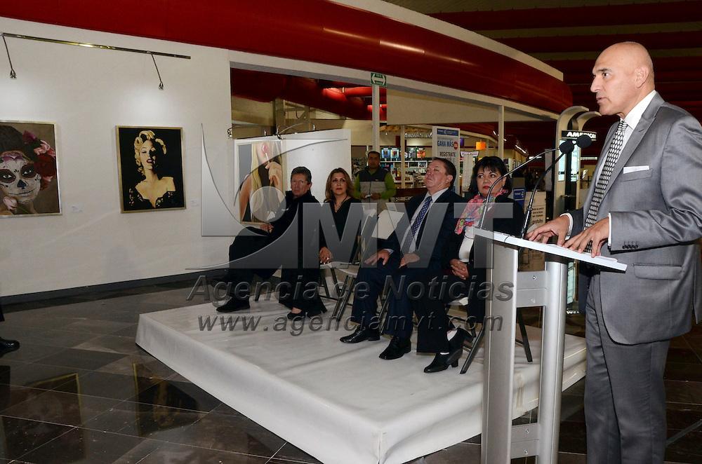 Toluca, México.- Gabriel Betancourt García, director del Aeropuerto Internacional de Toluca inauguro la exposicion de pintura de Gabriela Rojo, quien expone su trabajo en el AIT. Agencia MVT / José Hernández