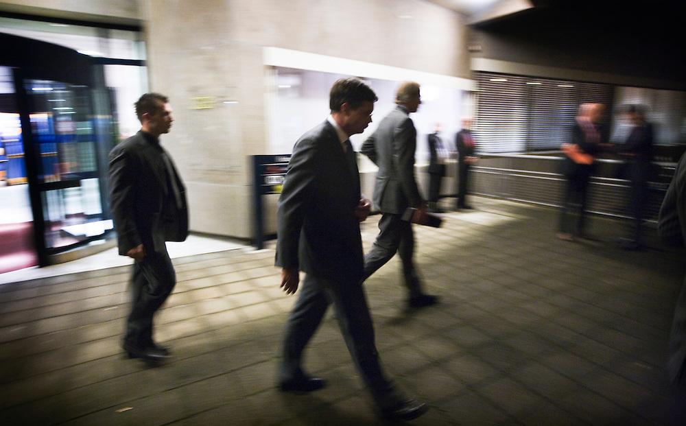 Nederland. Den Haag, 7 oktober 2008.<br /> Najaarsoverleg bij de SER. Minister-president Jan Peter Balkenende verlaat het SER gebouw met voorlichter en persoonsbeveiliger<br /> Foto Martijn Beekman<br /> NIET VOOR PUBLIKATIE IN LANDELIJKE DAGBLADEN.